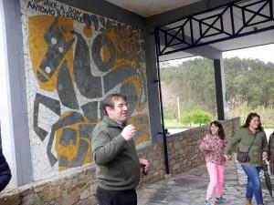 Bernardo Penabade explicando, na entrada de Sargadelos, o significado do mural