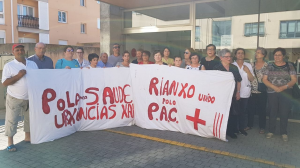 protesta fronte ao centro de saúde de Rianxo